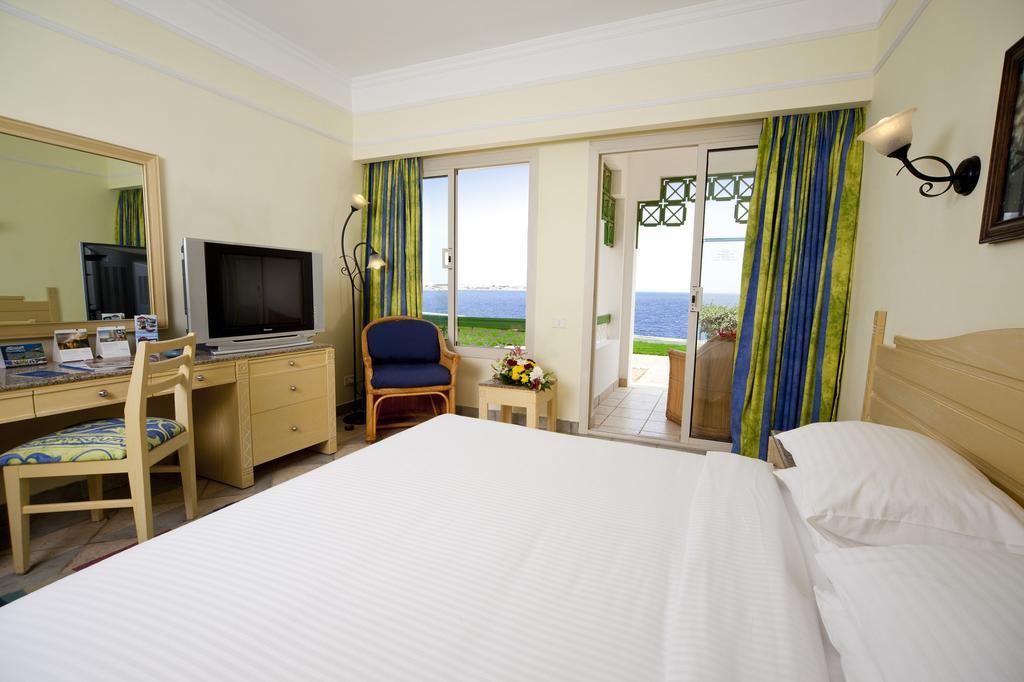 Coral Beach Resort Tiran фото туристів