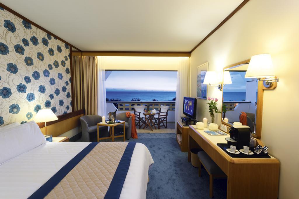 Фото отеля Constantinou Bros Athena Royal Beach Hotel