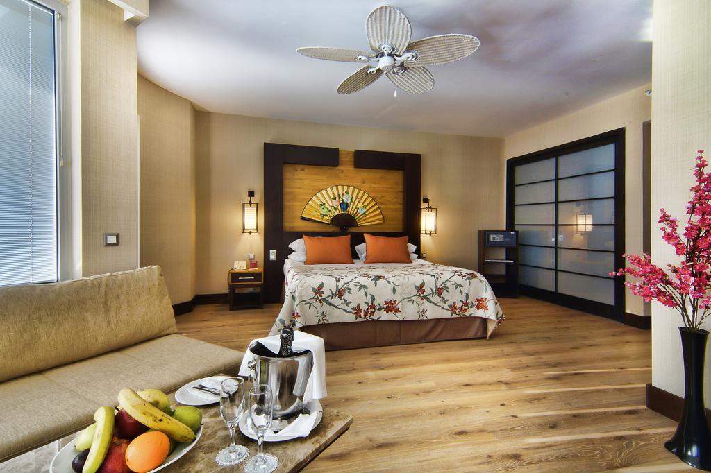 Ціни в готелі Limak Lara De Luxe Hotel & Resort