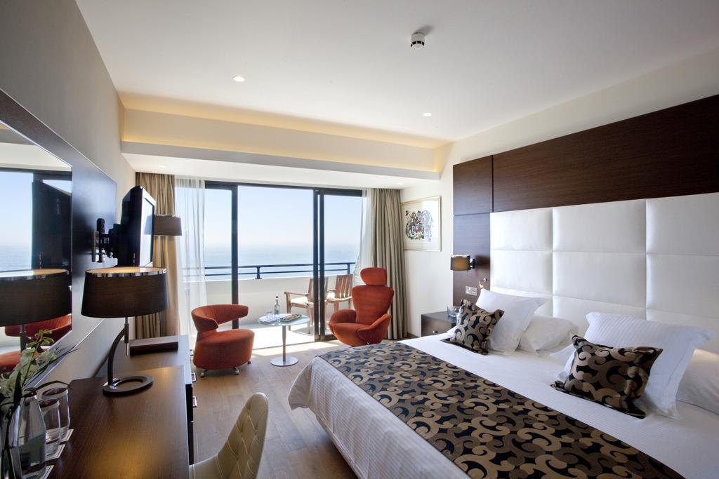 Цены в отеле Amathus Beach Hotel