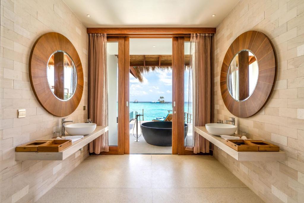 Фото готелю Furaveri Island Resort