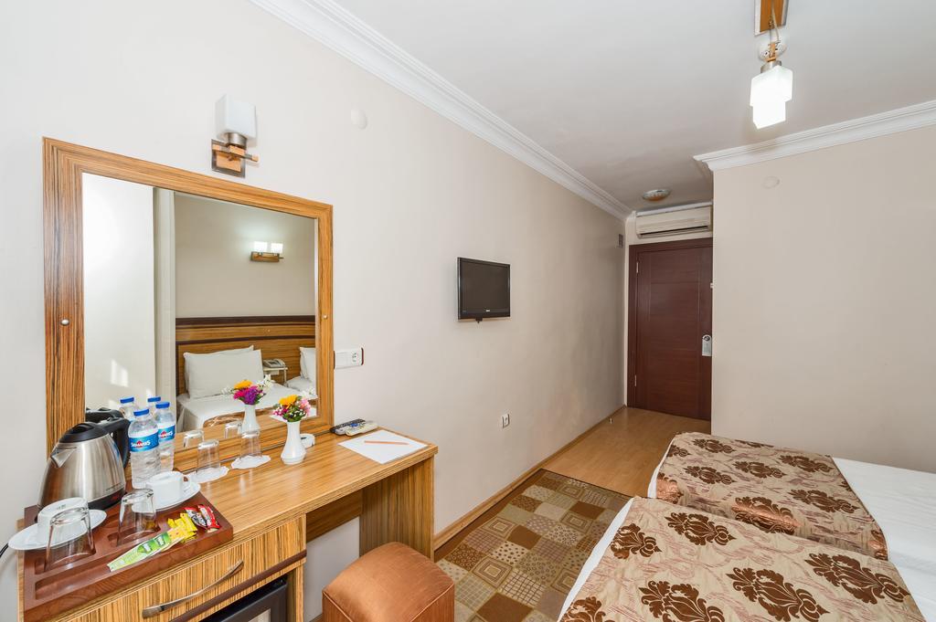 Отель, May Hotel