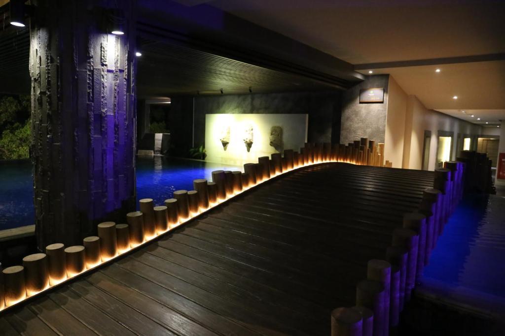 Отель, The Crystal Luxury Bay Resort
