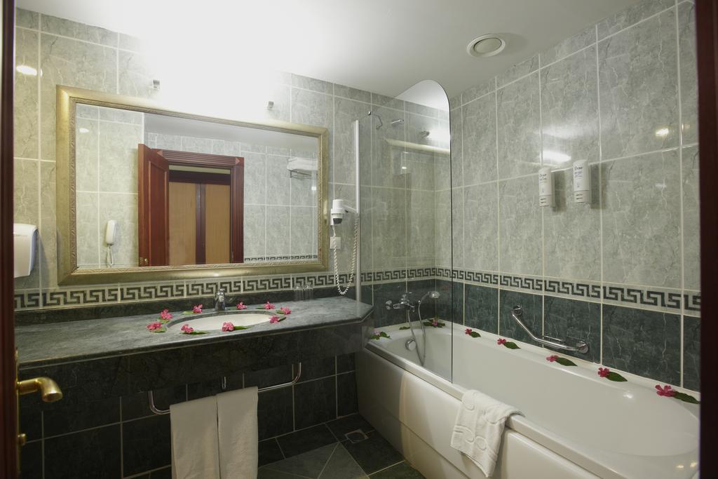 Ціни в готелі Bodrum Holiday Resort & Spa