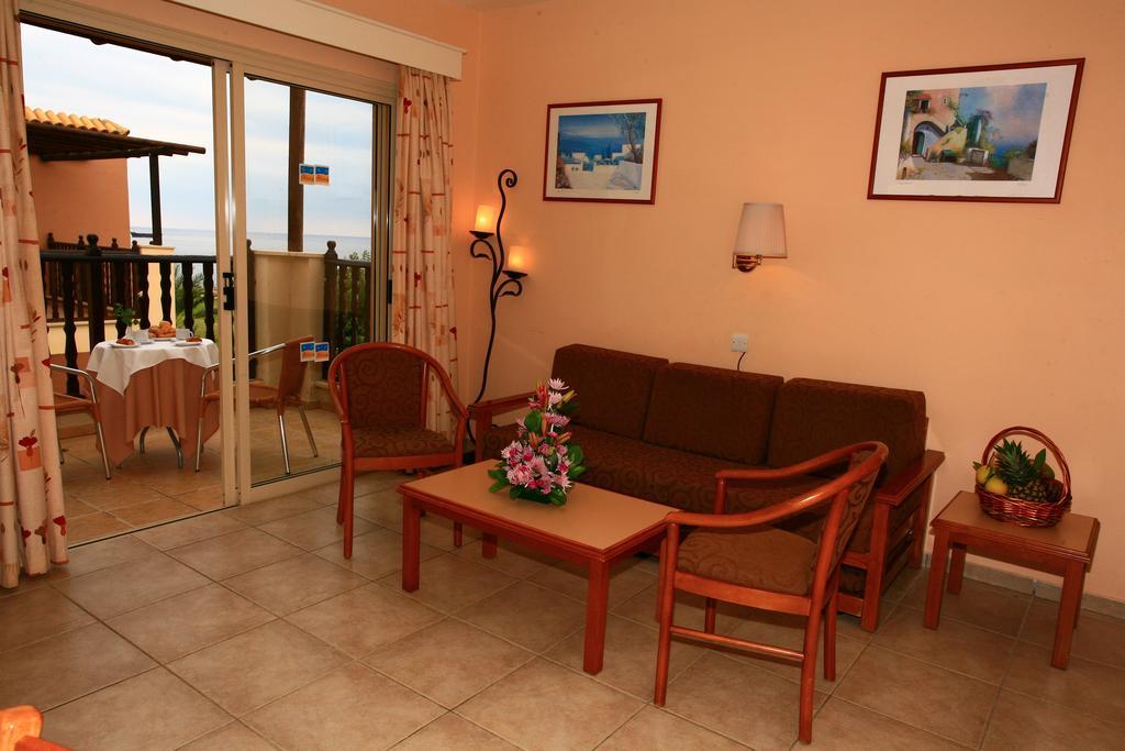 Отдых в отеле Akteon Holiday Village Пафос
