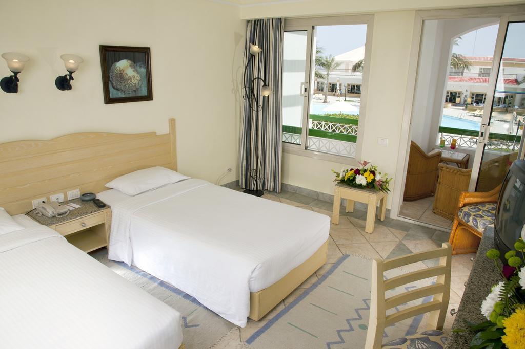 Ціни в готелі Coral Beach Resort Tiran