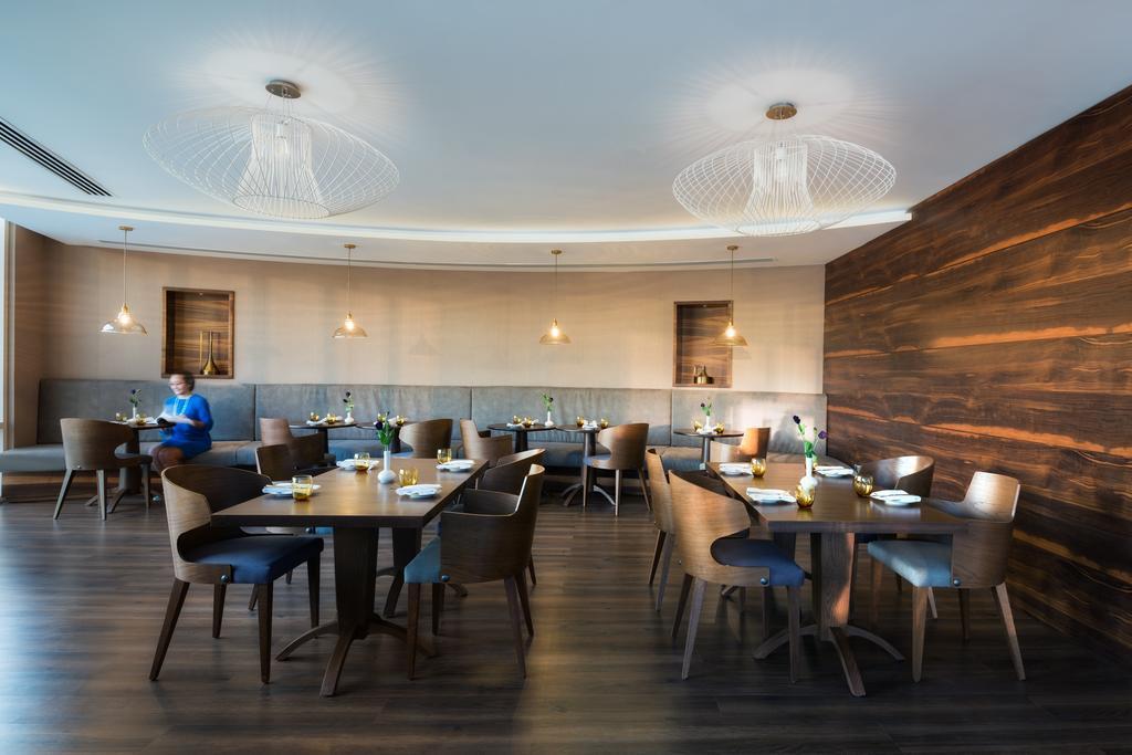 Дубай (город), Radisson Blu Hotel Dubai Waterfront, 5