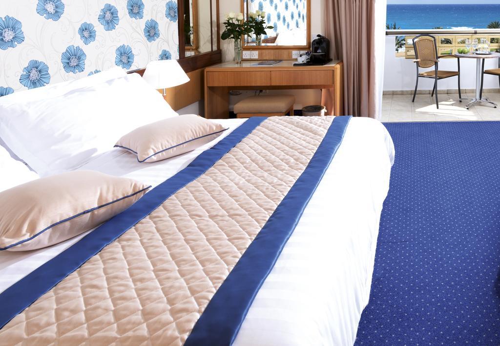 Отдых в отеле Constantinou Bros Athena Royal Beach Hotel
