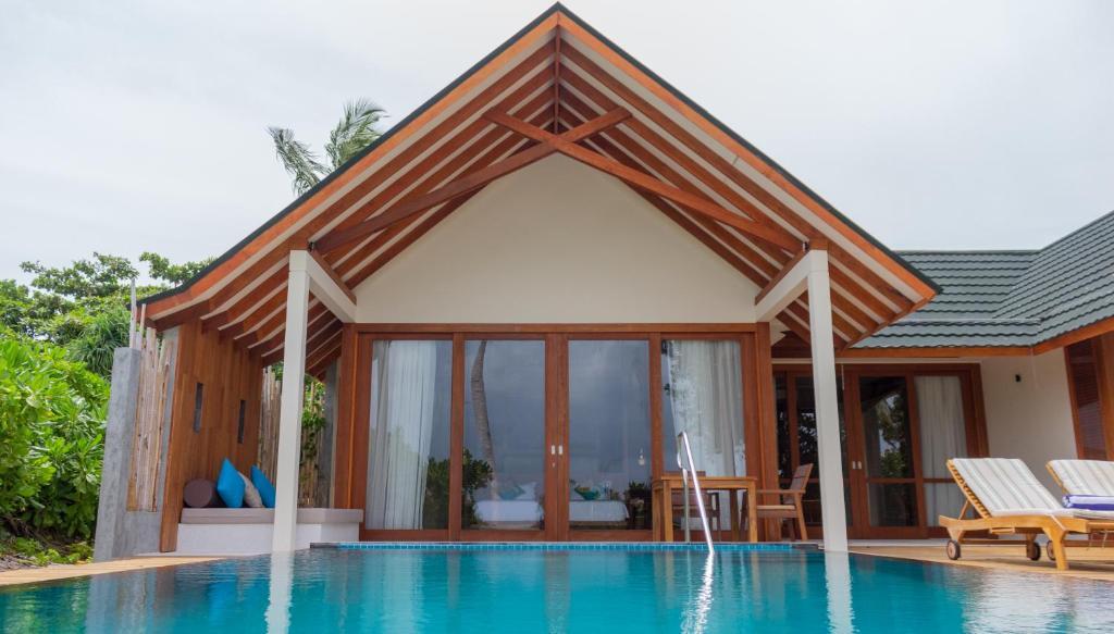Ціни в готелі Furaveri Island Resort