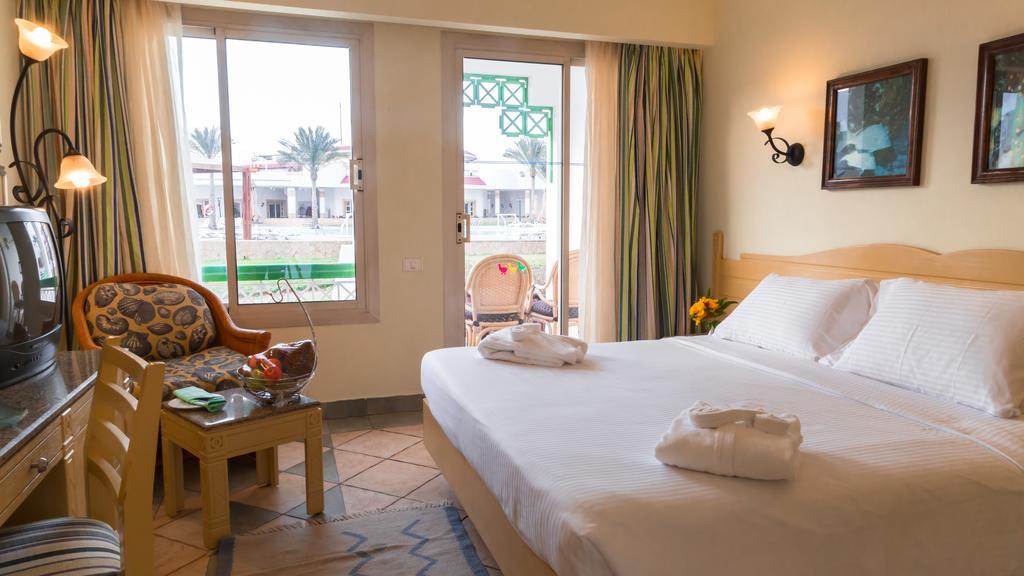 Відпочинок в готелі Coral Beach Resort Tiran